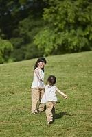 芝生の上で遊ぶ日本人の女の子