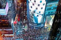 曲芸師の姉弟、NYタイムズスクエアで綱渡り