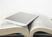 百科事典とタブレット