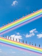 虹の斜面を上って行く人々