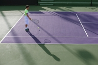 テニスをする若い外国人男性