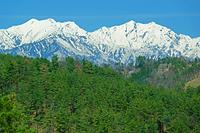 長野県 桜仙峡登波離橋から爺ケ岳(左)と鹿島槍ヶ岳(右)