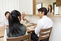 食卓を囲む3世代家族