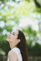 森林浴をする日本人女性