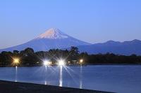 静岡県 夕暮れの大瀬崎と夕日に染まる富士山