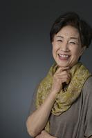ストールをあしらった笑顔の日本人シニア女性