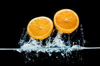 水中より飛び出したカットしたオレンジ
