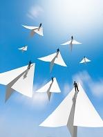 希望に向かって飛ぶ紙飛行機