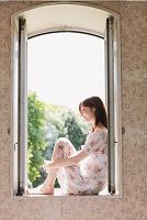 窓辺に座る日本人女性