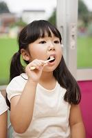 歯を磨く園児