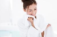 タオルを持つバスローブ姿の日本人女性