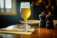 テーブルに置かれたグラスビール