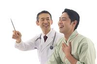 男性患者に説明する医師