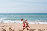 ビーチを走る子供