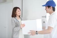 宅配便を受け取る日本人女性