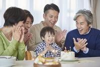 バースデーを祝う日本人の三世代家族