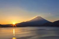 山梨県 本栖湖からの富士山の日の出