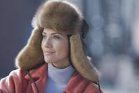 ファーの帽子をかぶった女性