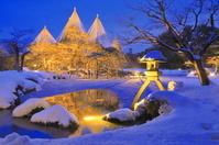 石川県 雪のライトアップの兼六園