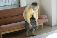 膝が痛むシニアの日本人女性