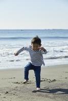 海岸で遊ぶ日本人の子供