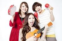 楽器を持って騒ぐ日本人女性達