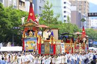京都府 祇園祭前祭 御池通を進む山鉾巡行の行列