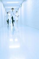 病院の廊下を走る医者と看護師