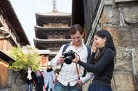 京都観光をする国際カップル