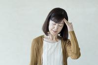 頭痛に悩まされるシニアの日本人女性