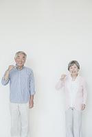 歯を磨くシニア夫婦