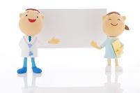 ホワイトボードの横に立つ医者と看護師のクラフト