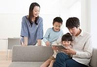 タブレットを見る日本人家族