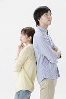 背中合わせで立つ日本人カップル