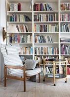 インテリア 読書用のアームチェアと本棚