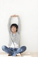 部屋でくつろぐ若い日本人男性