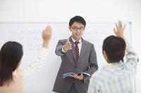 男性教師と小学生の生徒