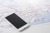 スマートフォンと都心の路線図