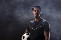 サッカーボールを持つ若い男性