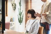美容師と若い日本人女性