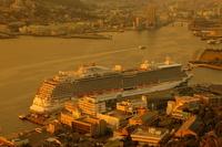 長崎県 長崎港に停泊中の豪華客船の夕暮れ