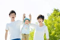 公園で息子を掲げる両親