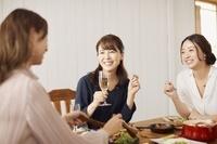 女子会を楽しむ日本人女性