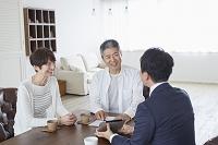 ビジネスマンと日本人シニア夫婦