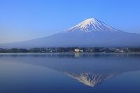 山梨県 河口湖 朝の残雪富士と逆さ富士