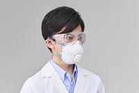 N95マスクを付ける日本人男性