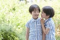 お揃いの服を着た日本人の双子