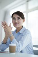 拍手をする日本人ビジネスウーマン