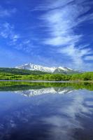 秋田県 新緑の扇谷地溜池より鳥海山と水鏡
