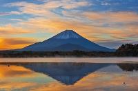 山梨県 朝の精進湖と富士山